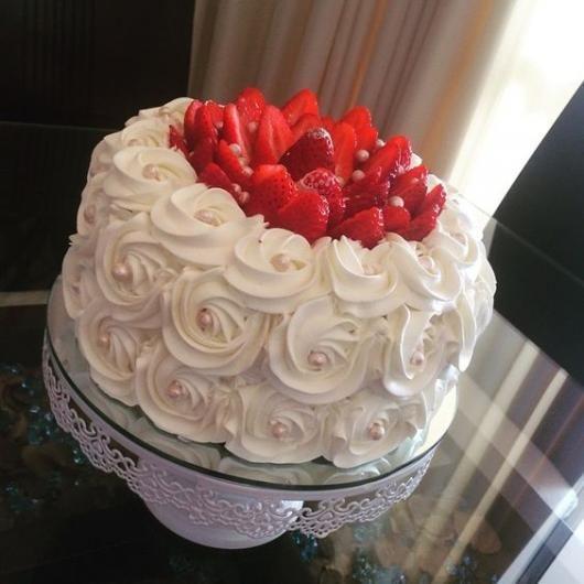 bolo branco chantilly morangos