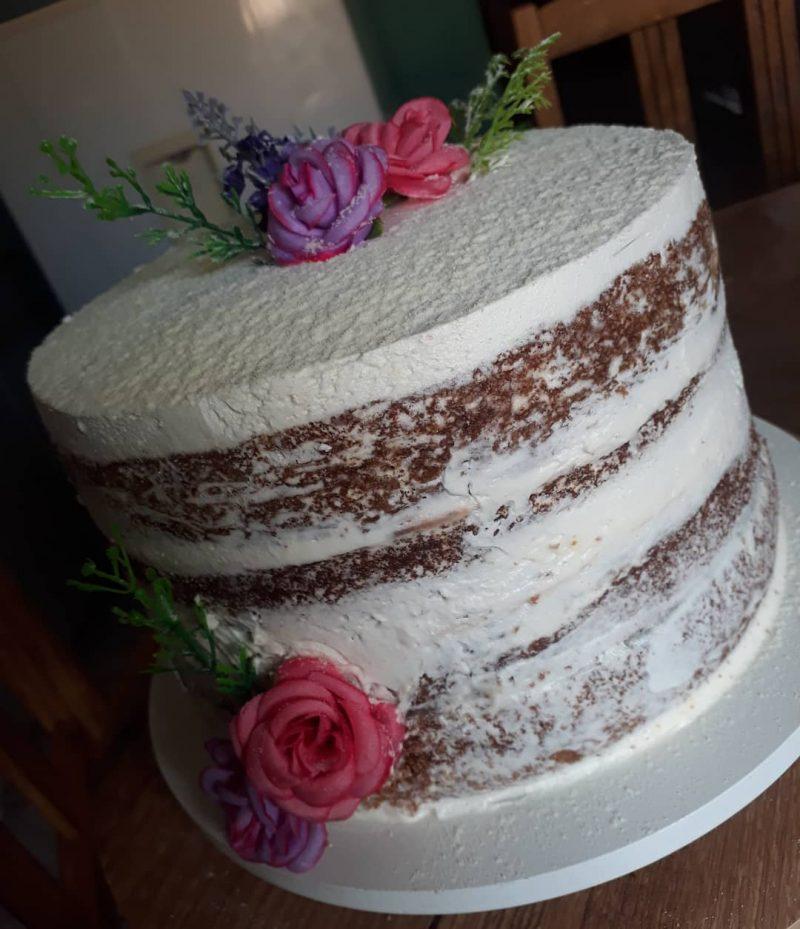 bolo branco confeitado naked