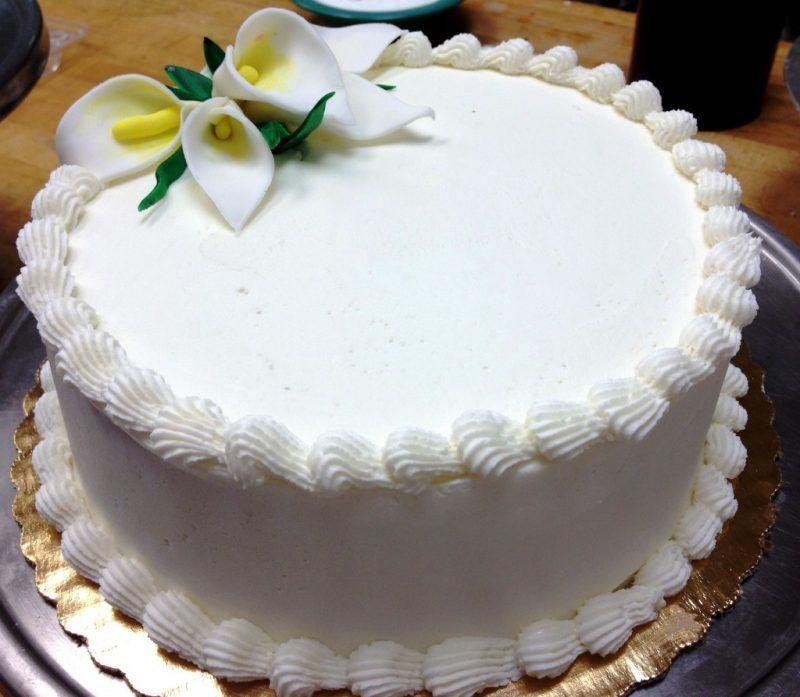bolo branco confeitado simples