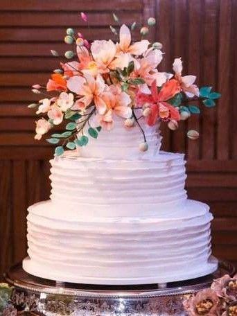 bolo branco flores colorido