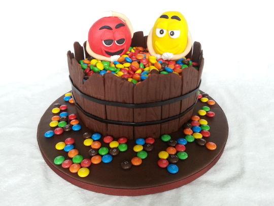 bolo com chocolate e mms