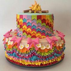 bolo decorado festa junina bandeirinhas
