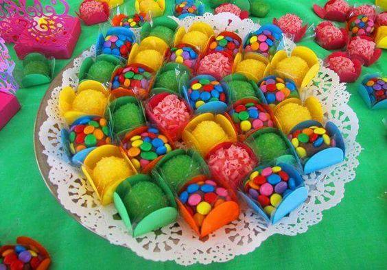 docinhos carnaval brigadeiro coloridp